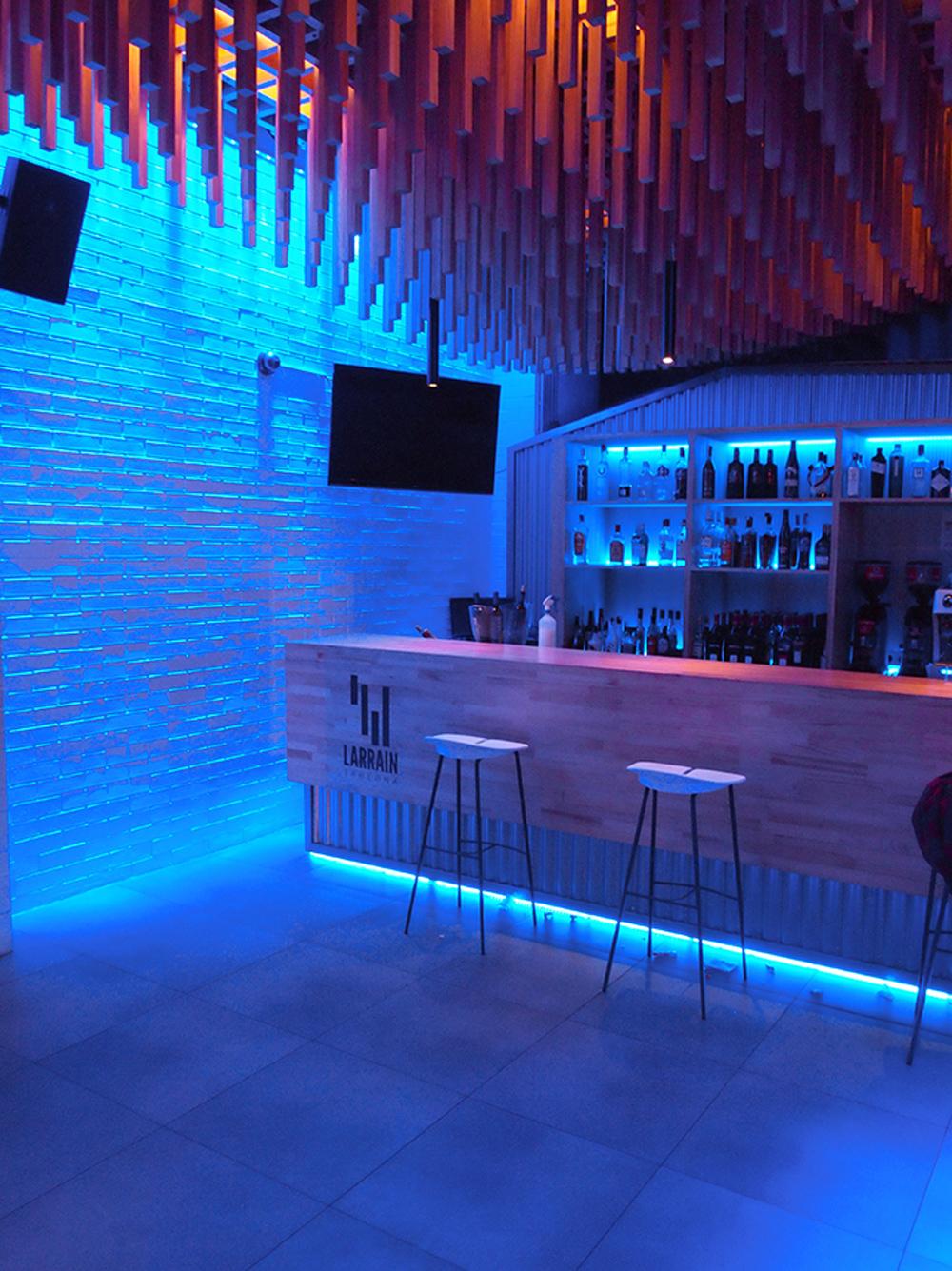Detalle iluminación nocturna zona de barra